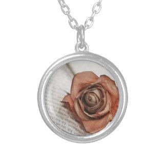 getrocknete Rose Amuletten