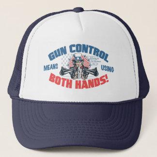 Gewehr-Kontrollen-Durchschnitte unter Verwendung Truckerkappe