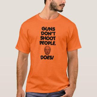 Gewehre schießen nicht Leute. Dick Cheney tut! T-Shirt
