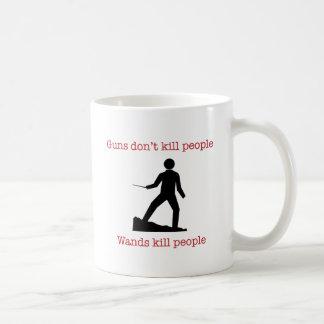 Gewehre töten nicht Leute. Stabstötungsleute. Kaffeetasse