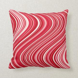 Gewellte Linien in Rotem und in weißem Kissen