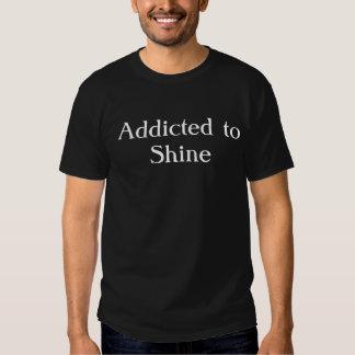 Gewöhnt zum Glanz - Weiß auf Schwarzem T-shirt