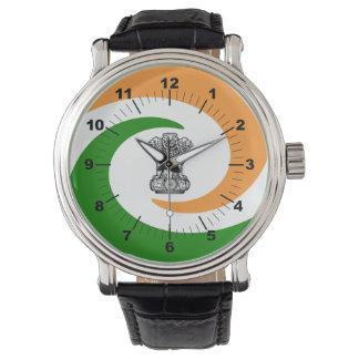 Gewundene Flagge des Inders Armbanduhr