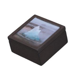 Geysir (heiße Quelle) in Island Kiste