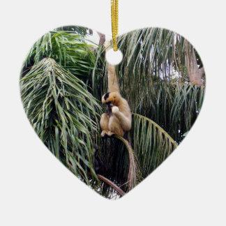 Gibbon-Affe, der gerade herumhängt, Keramik Herz-Ornament