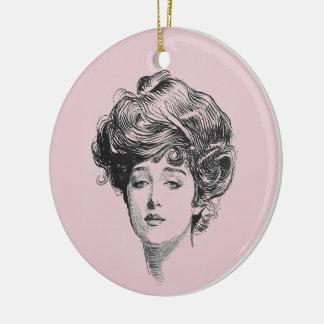 Gibson-Mädchen im Rosa Keramik Ornament