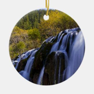 Gigantischer Wasserfall in einer China Jiuzhaigou Rundes Keramik Ornament