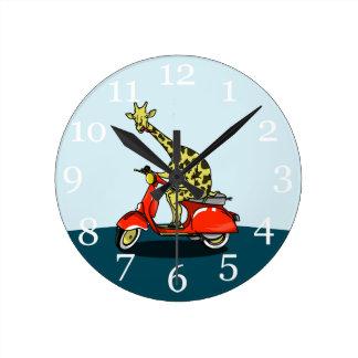 Giraffe auf einem Vintagen Moped Runde Wanduhr