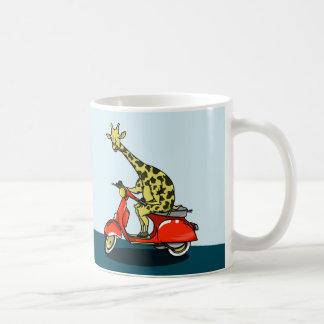 Giraffe, die ein Moped reitet Kaffeetasse