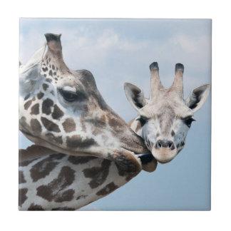 Giraffe küsst ihr Kalb Fliese