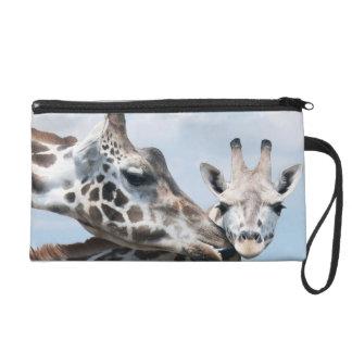 Giraffe küsst ihr Kalb Wristlet Handtasche