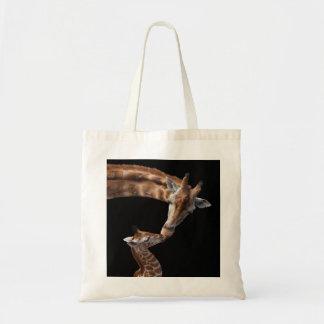 Giraffe küsst Tasche