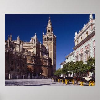 Giralda Glockenturm und Kathedrale, Madrid, Spanie Posterdrucke