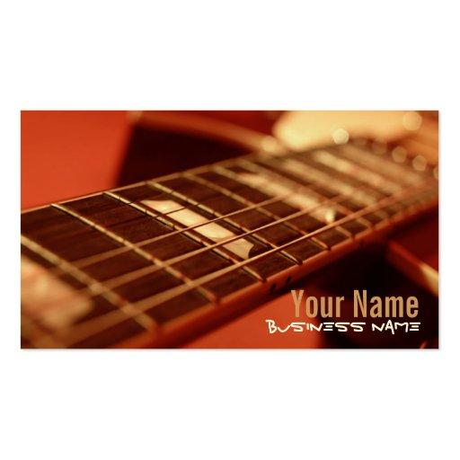 Gitarre reiht Visitenkarten auf