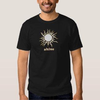 Glanz fertigt Produkt besonders an T-shirt