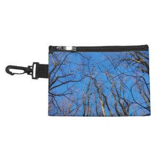 Glänzende Blau-und Winter-Waldkosmetik-Tasche