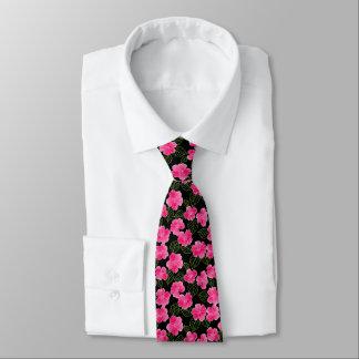 Glänzende helle rosa Blumen mit Blätter auf Krawatte