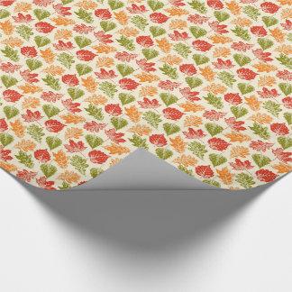 Glänzende Herbstatmosphäre mit Herbstlaub auf Geschenkpapier