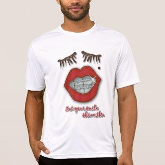 Glänzende Klammern, rote Lippen, Mole und starke T-Shirt