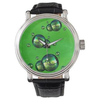 Glänzende schillernde grüne Farbblasen Uhren