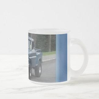 Glänzender blauer klassischer Lieferwagen mit Mattglastasse