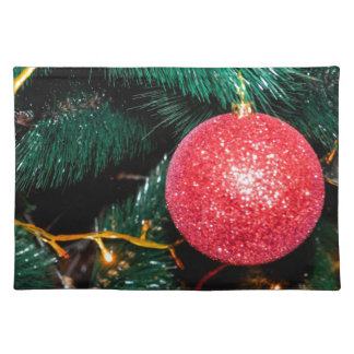 Glänzender roter Flitter, der Weihnachtsbaum Stofftischset