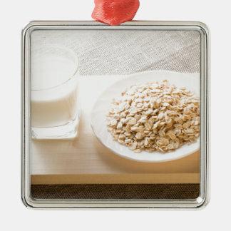 Glas von Milch und von Platte der Quadratisches Silberfarbenes Ornament