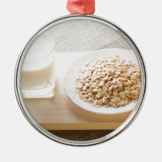 Glas von Milch und von Platte der Rundes Silberfarbenes Ornament