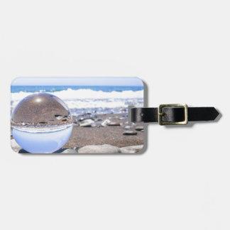 Glasbereich auf Steinen am Strand und an der Küste Gepäckanhänger