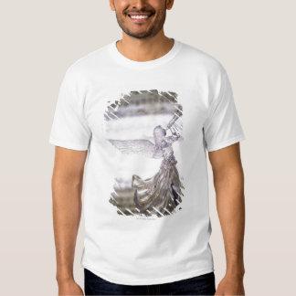 Glasengel, der Trompete und Bild des Blattes Shirt