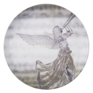 Glasengel, der Trompete und Bild des Blattes Teller