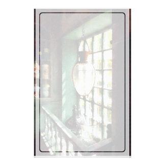 Glasmörser und Stampfe auf Windowsill Briefpapier