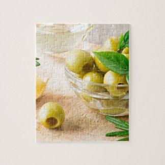 Glasschale mit Grün narbigen Oliven Puzzle