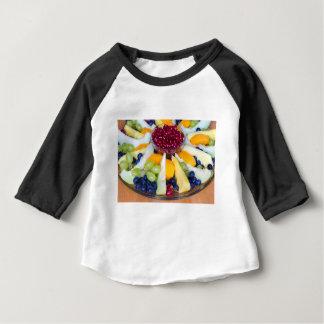 Glasskala voll der verschiedenen frischen Früchte Baby T-shirt