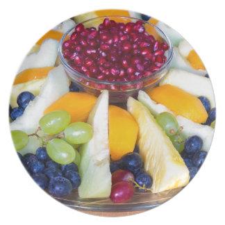Glasskala voll der verschiedenen frischen Früchte Melaminteller