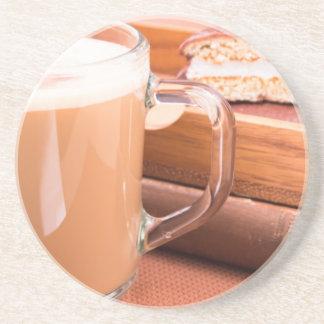 GlasTasse mit heißer Schokolade und Keksen Getränkeuntersetzer