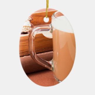 GlasTasse mit heißer Schokolade und Keksen Keramik Ornament