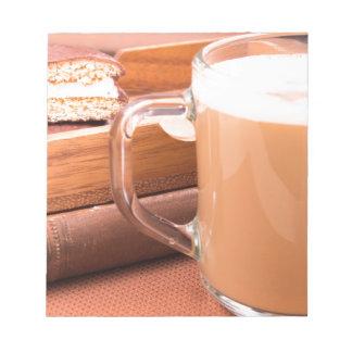 GlasTasse mit heißer Schokolade und Keksen Notizblock