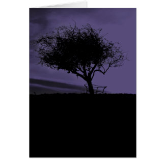 Glastonbury Weißdorn. Baum auf Hügel. Lila Karte