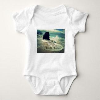 Glaubenzitatstrand-Ozeanwelle Baby Strampler