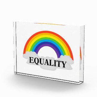 Gleichheit mit Regenbogen und Wolken Auszeichnung