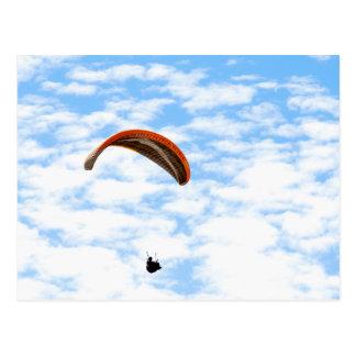 Gleitschirmfliegen in den Wolken - kundengerechte Postkarte