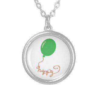 Glücklich mit einem grünen Ballon Versilberte Kette