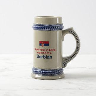 Glücklich verheiratet zu einem Serbian Bierglas