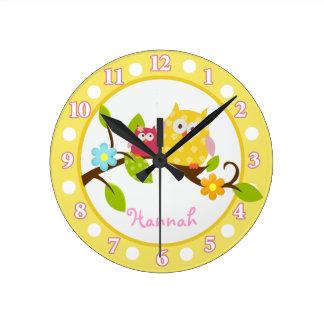 Glückliche Baum-Eulen gelb und rosa Uhr