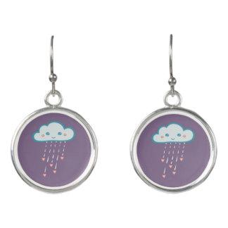 Glückliche blaue Regen-Wolke, die rosa Herzen Ohrringe