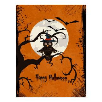 Glückliche Halloween-Eule in einem Baum Postkarte