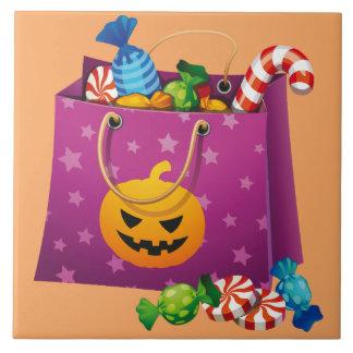 Glückliche Halloween-Tasche voll der Süßigkeit Keramikfliese