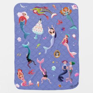 Glückliche Meerjungfrauen, die Spaß spielen und Babydecke