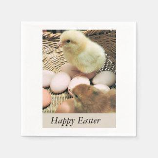 Glückliche Ostern-Baby-Küken in einem Korb Servietten